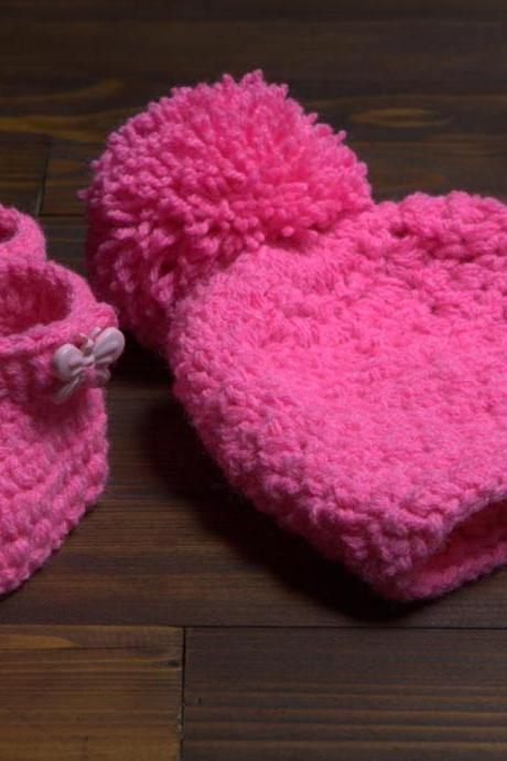 Crochet winter baby set girl booties and pom pom hat, girl hat, photo prop, cute girl pom-pom hat, booties